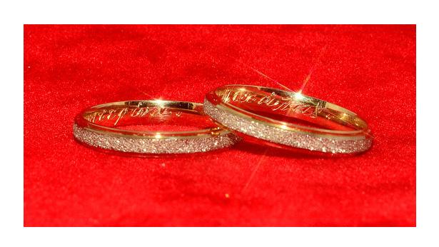 Το όνομα του συντρόφου που αναγράφεται εντός της βέρας συμβολίζει τον όρκο  που δώσαμε στο έταιρό μας ήμισυ και η ημερομηνία γάμου ecf44e72be6